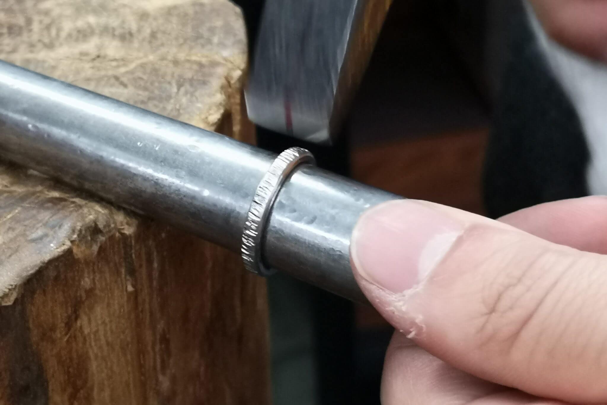 鍛造製法の指輪に模様をつける工程