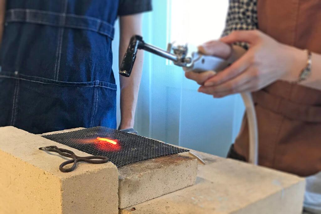金属を熱している工程
