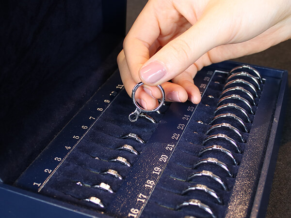 MITUBACIではつけ心地の良いピッタリサイズの結婚指輪が作れます