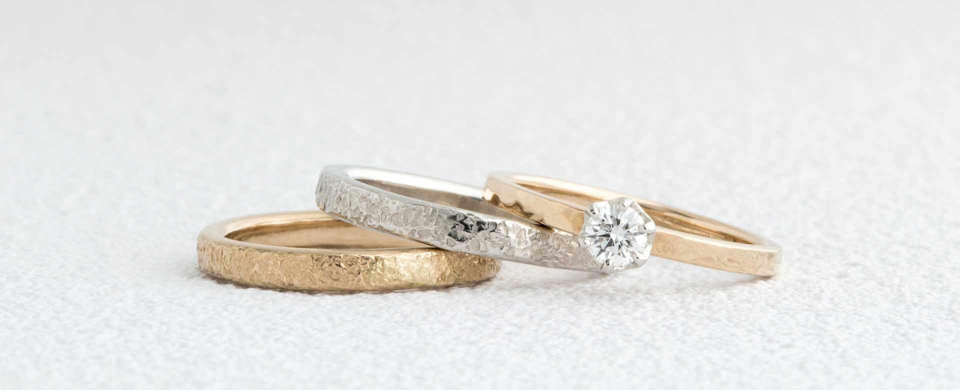 雪をイメージした手作り結婚指輪と槌目の婚約指輪