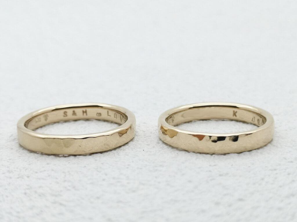 シャンパンゴールドの槌目結婚指輪