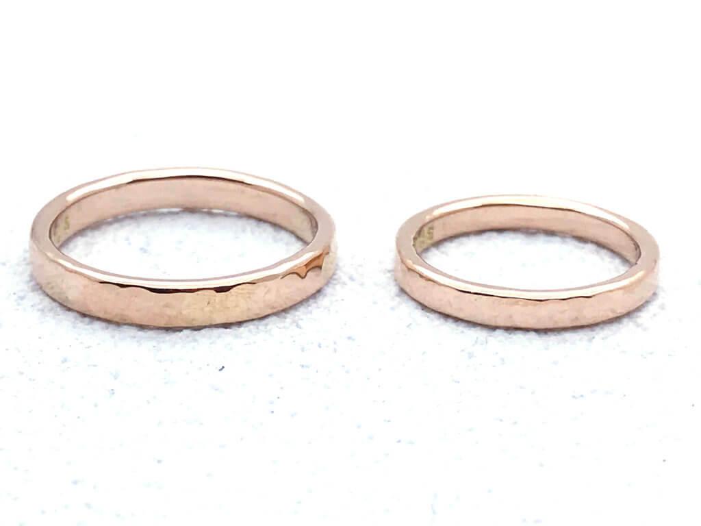 ピンクゴールドできらきら槌目の結婚指輪