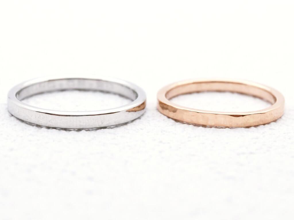 シンプルなプラチナ結婚指輪と細身の槌目結婚指輪