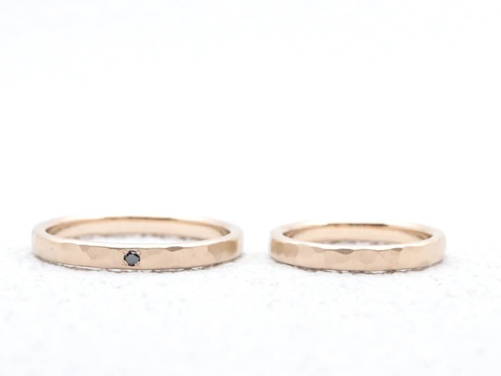 落ち着いたマット加工をかけたシャンパンゴールドの結婚指輪