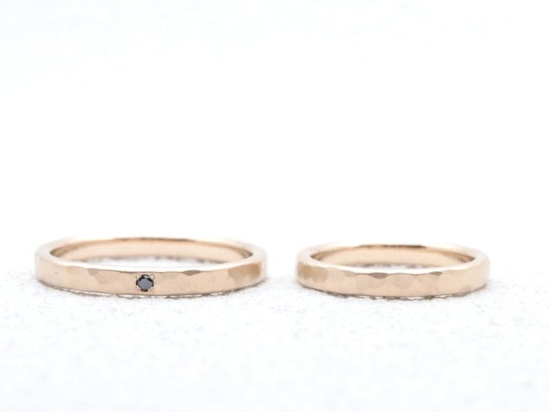 【お客様の声】ブラックダイヤが映える|マット加工をかけたシャンパンゴールドの結婚指輪