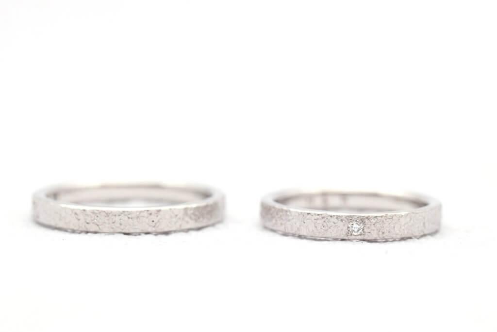 ダイヤモンドがアクセント・降り積もった雪のような手作り結婚指輪