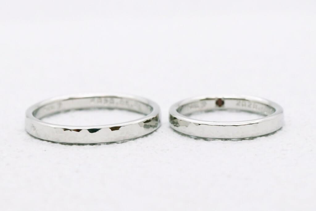 ガーネットの入った槌目のプラチナ結婚指輪
