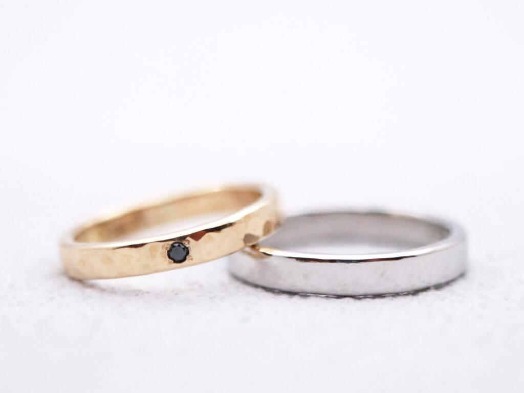 プレーンなプラチナ結婚指輪と槌目のイエローゴールド結婚指輪