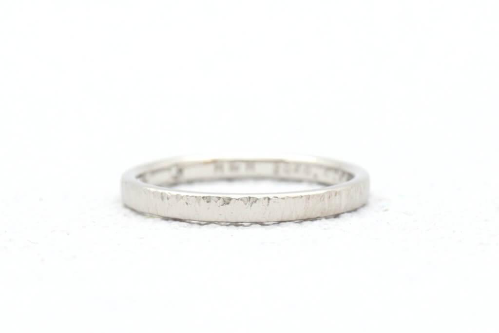 落ち着いた雰囲気のつや消しをした結婚指輪
