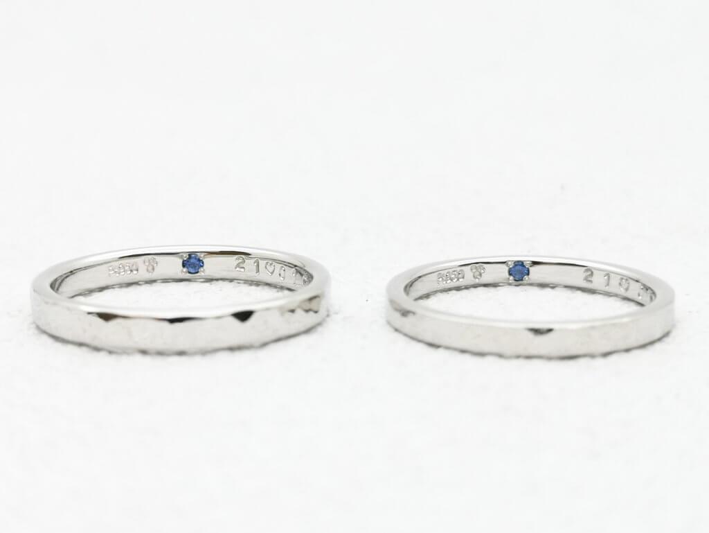 おそろいのブルーサファイアが入った結婚指輪