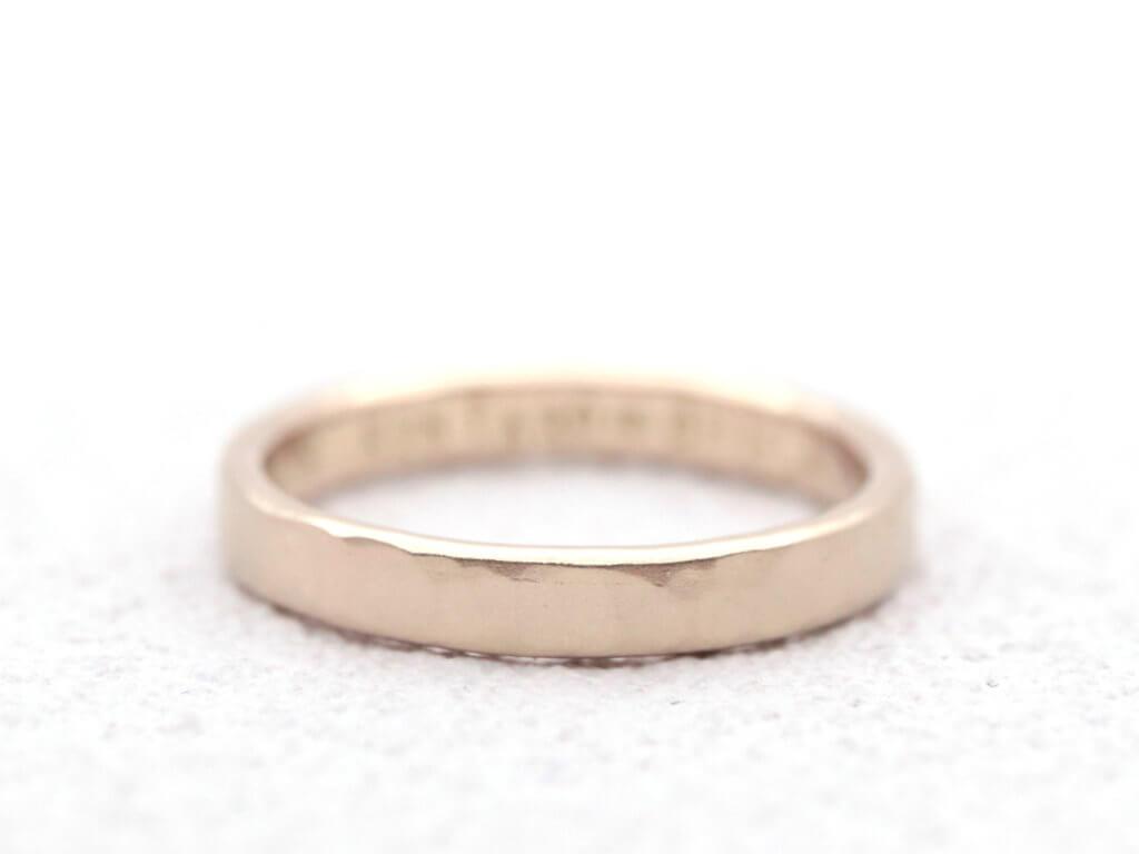 きらきらしすぎない、落ち着いたシャンパンゴールドの結婚指輪