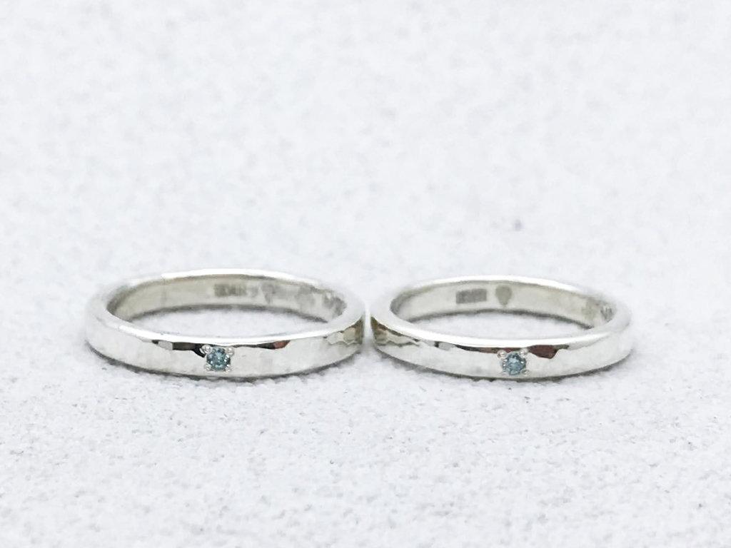 アイスブルーダイヤモンドが輝く、槌目のペアリング