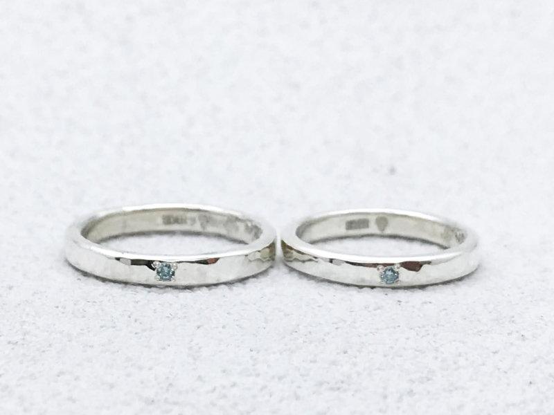 【お客様の声】アイスブルーダイヤモンドが輝くお揃い槌目のペアリング