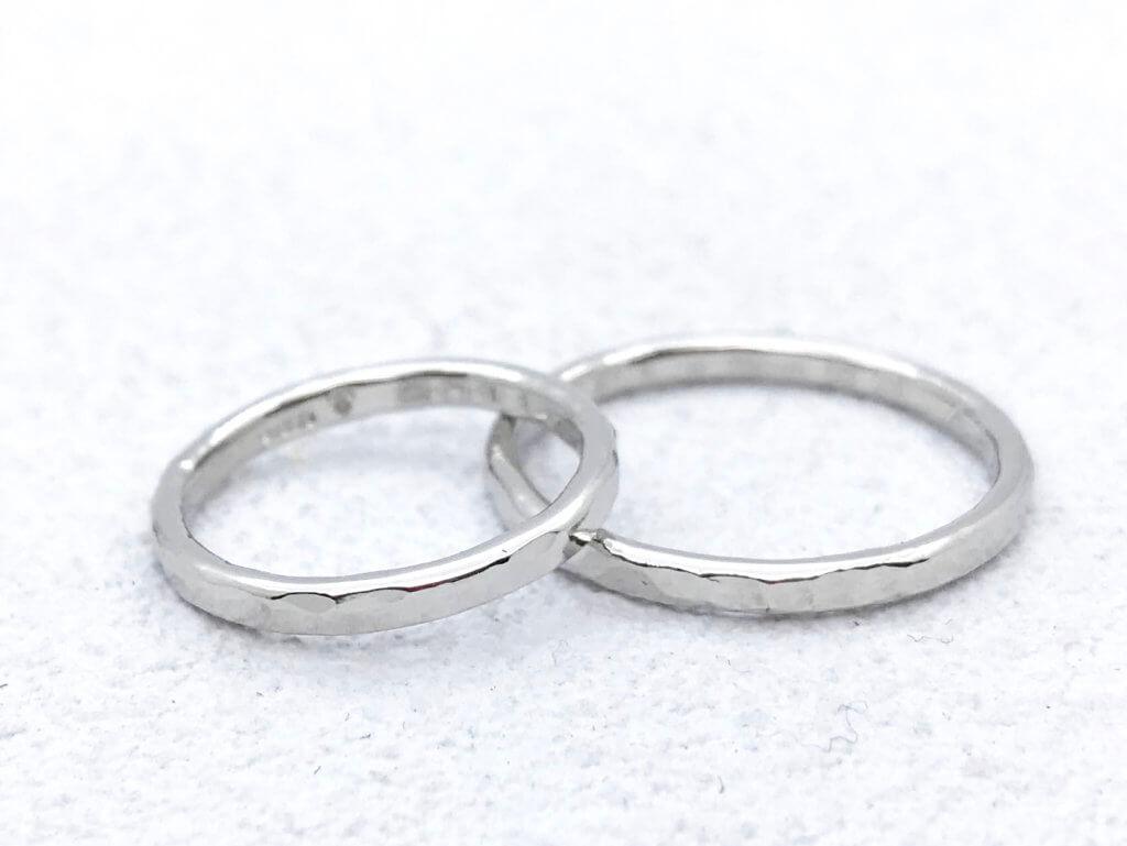 細身に仕上げたプラチナ槌目の結婚指輪