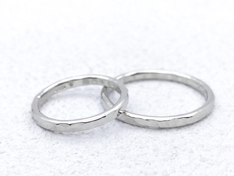 【お客様の声】槌目をいれたきらきら細身のプラチナ結婚指輪