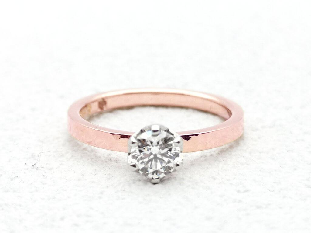 ピンクゴールドがきらきらと光る婚約指輪