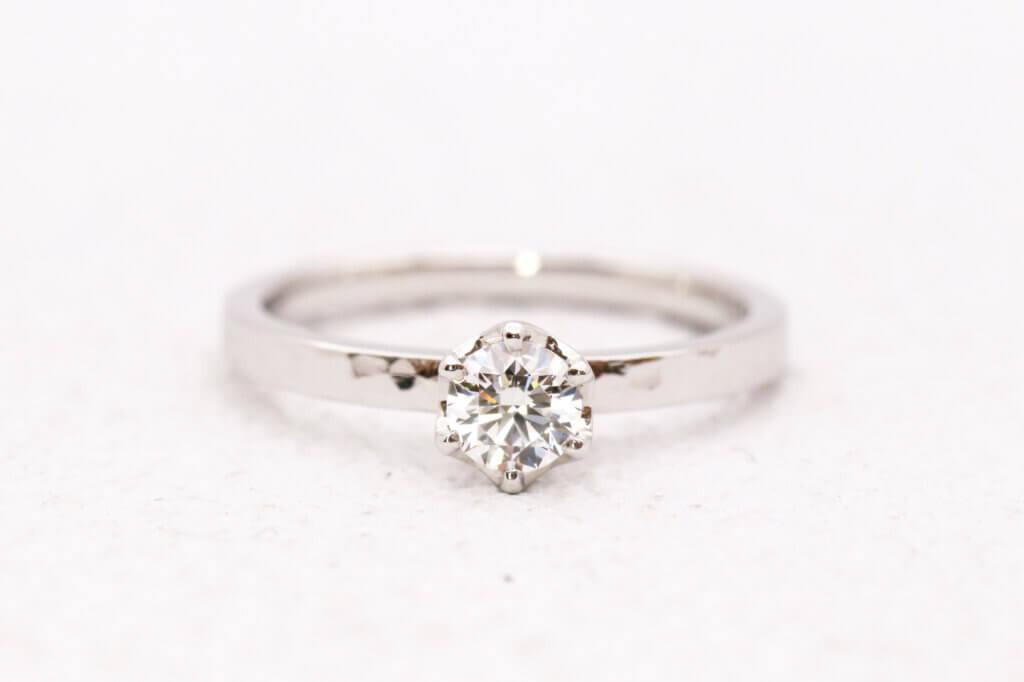 槌目で作ったプラチナの婚約指輪