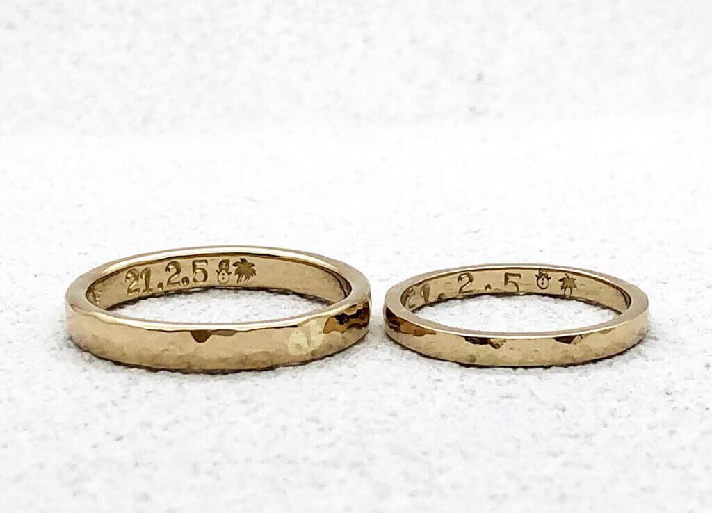 手打ち刻印がかわいい、シャンパンゴールドで作った槌目の結婚指輪