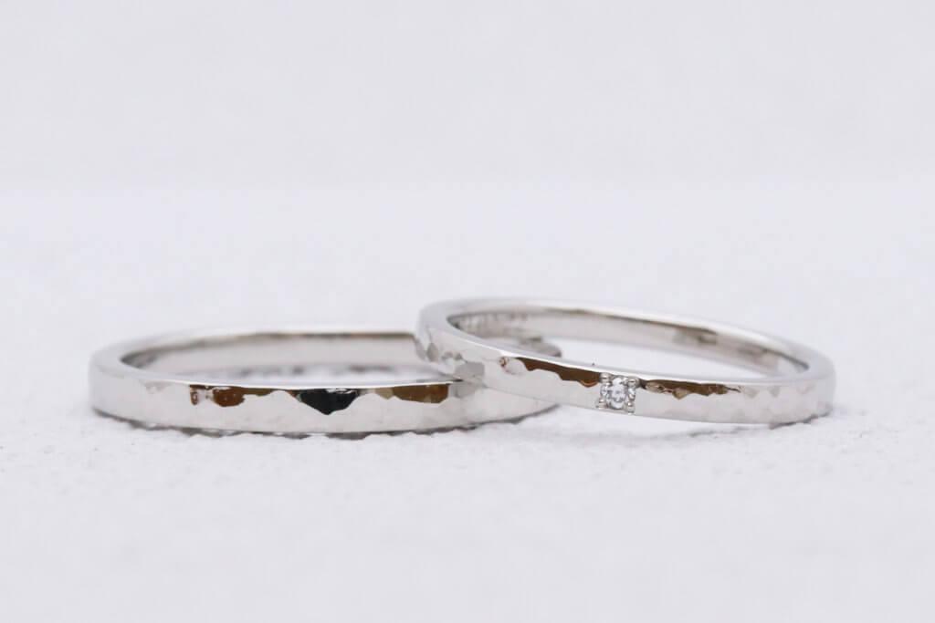 プラチナ結婚指輪・槌目模様にダイヤモンドがアクセント