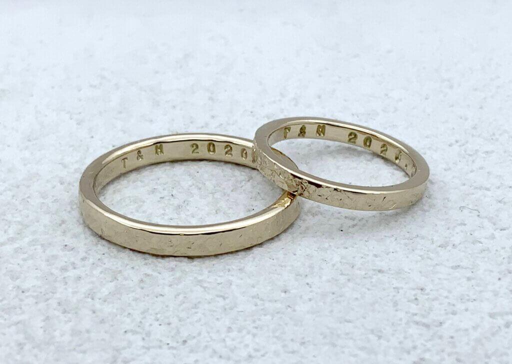 淡い雪のような槌目仕上げを施した結婚指輪