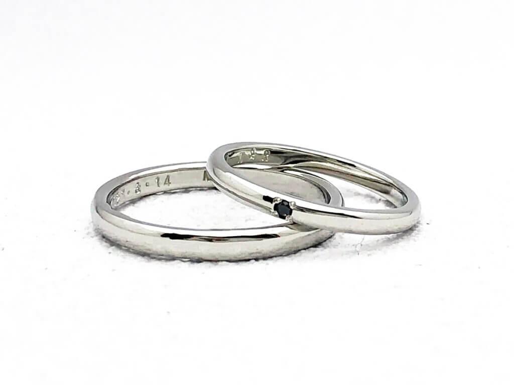 ブラックダイヤモンドがアクセント・シンプルなプラチナの結婚指輪
