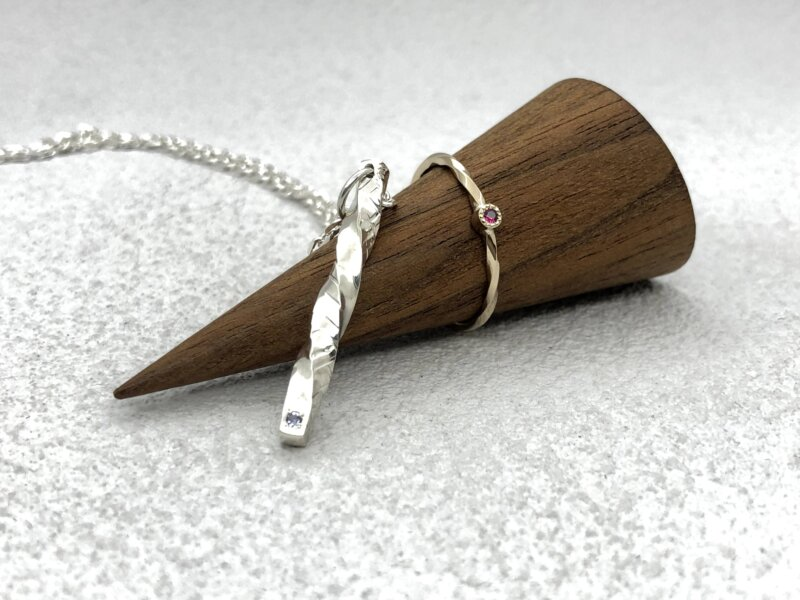 【お客様の声】シルバーペンダントと指輪をお互いに作り合う、誕生石の入った特別なプレゼント