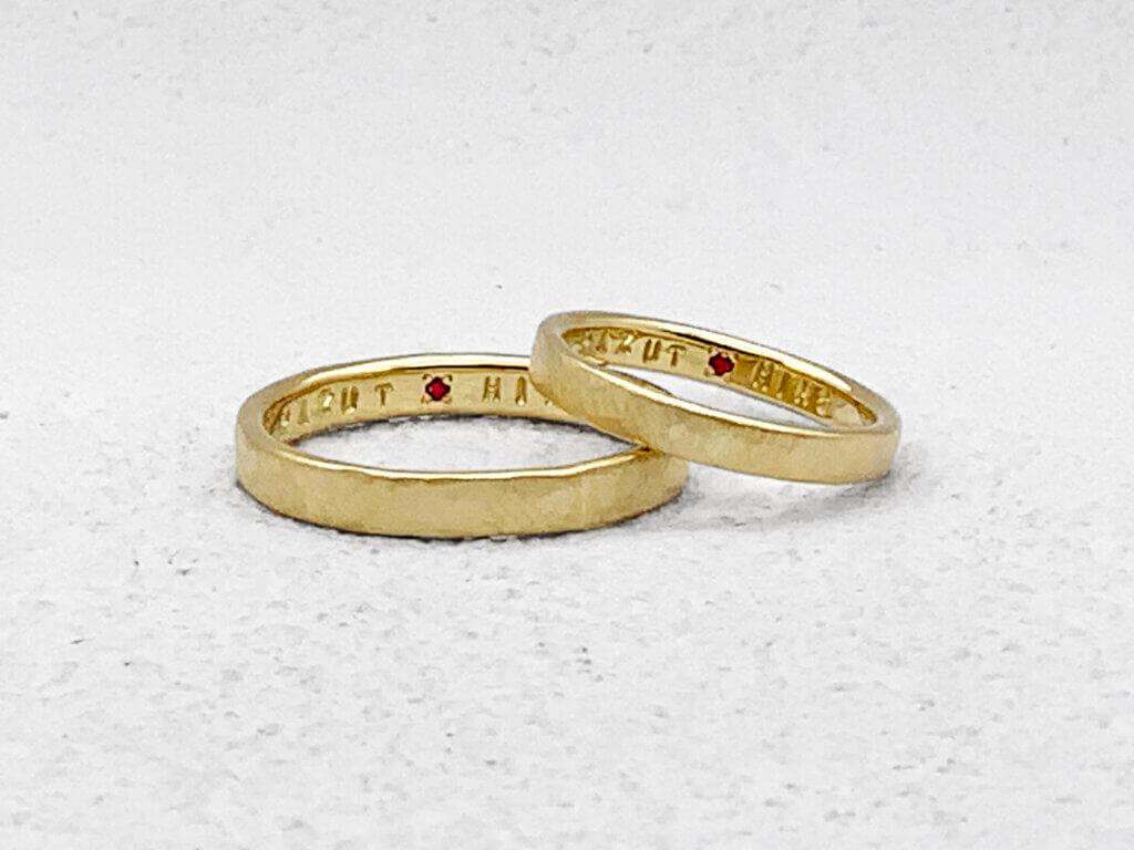 イエローゴールドをつや消しした鎚目の手作り結婚指輪