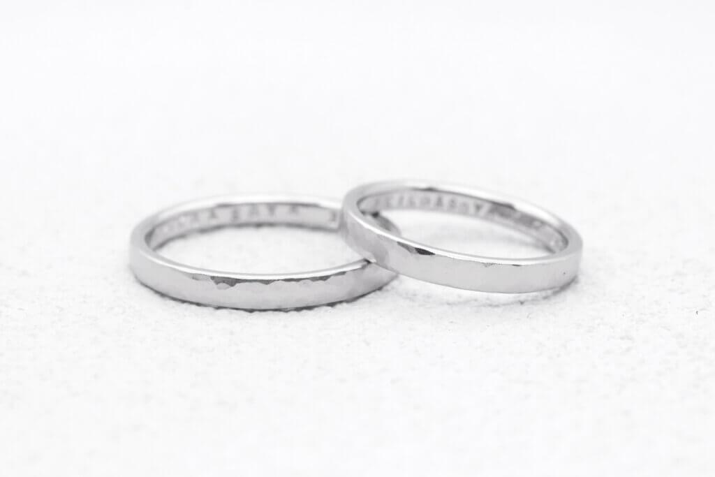 鎚目をつや消しした、プラチナの手作り結婚指輪