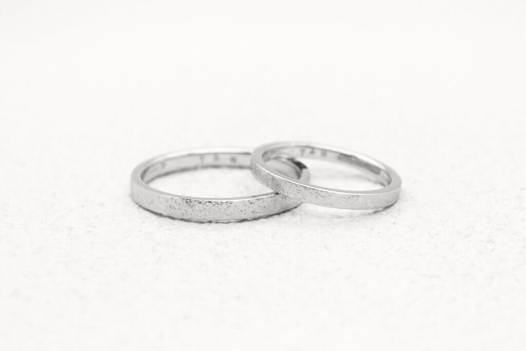 雪のような表面仕上げ・プラチナで作ったスノーフレークの結婚指輪