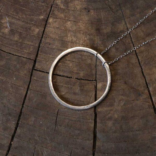 円形の手作りネックレス