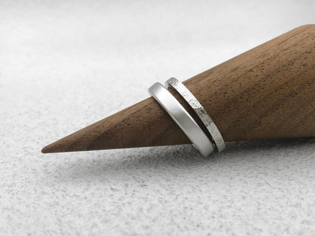 氷のような質感の2つの指輪を結婚指輪に