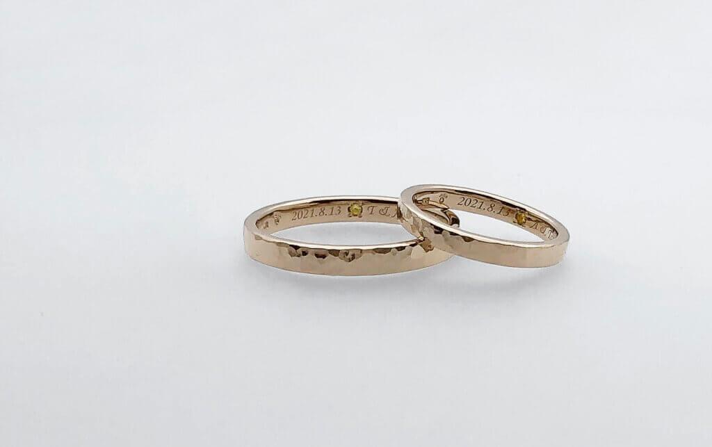お揃いの誕生石の入った槌目の結婚指輪
