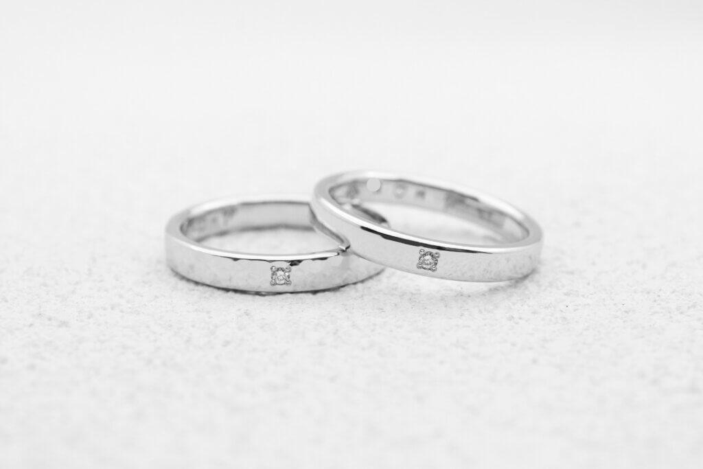 お揃いのダイヤモンドを留めた手作り結婚指輪
