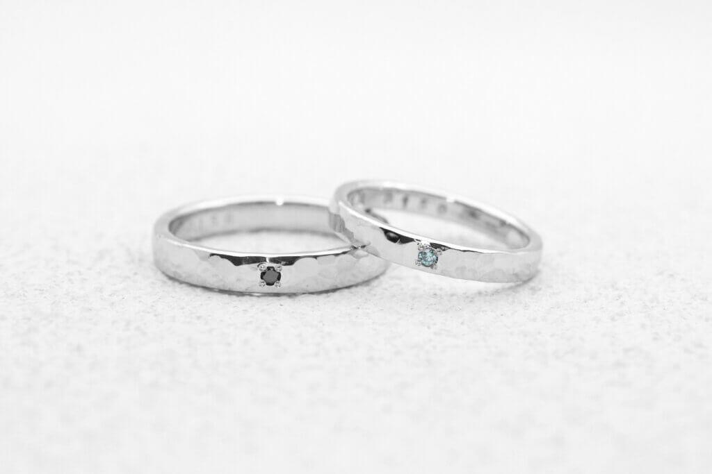 ブラックとブルーのカラーダイヤモンドが映える槌目の結婚指輪