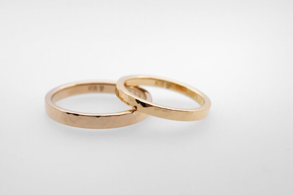 シャンパンゴールドとイエローゴールドの槌目の結婚指輪