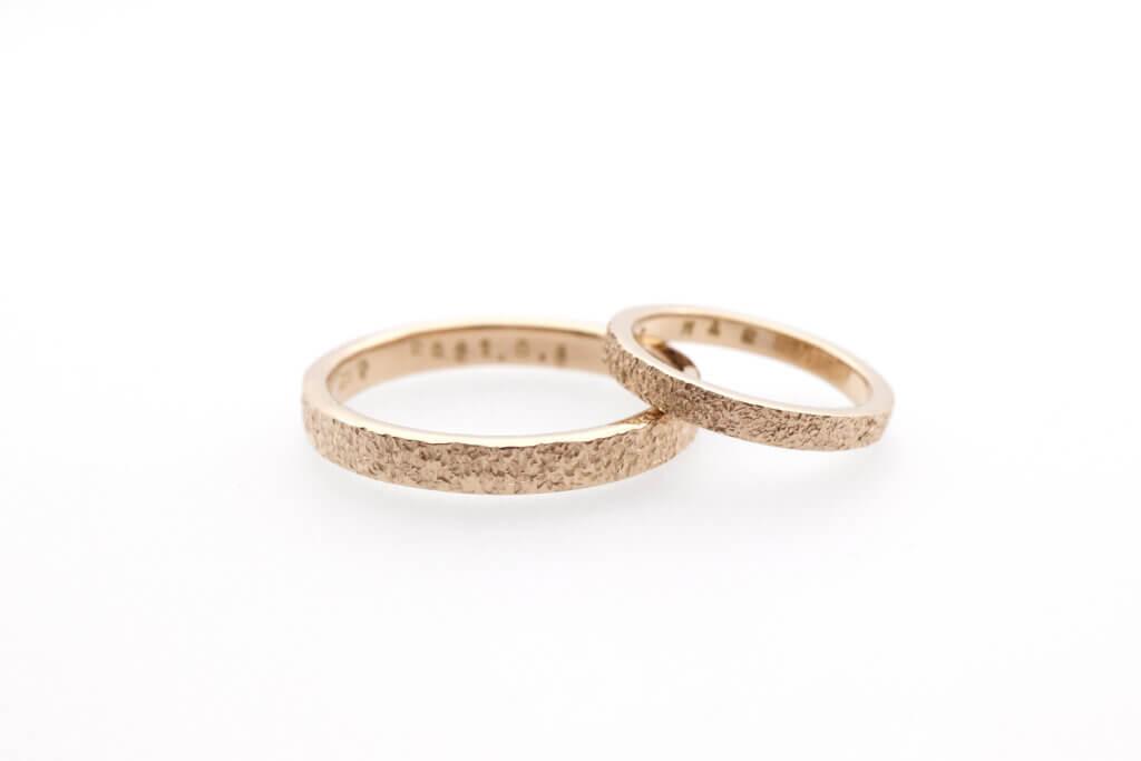 きらきらした手作り結婚指輪・シャンパンゴールドのスノーフレーク仕上げ