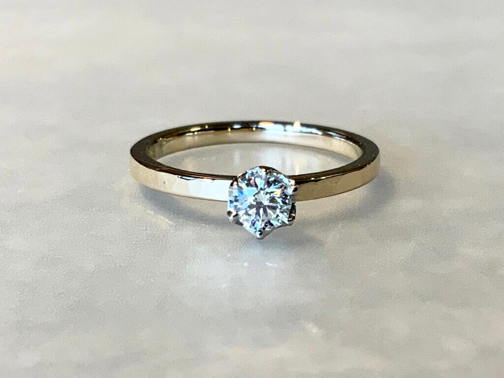 シャンパンゴールドにダイヤモンドが輝く婚約指輪