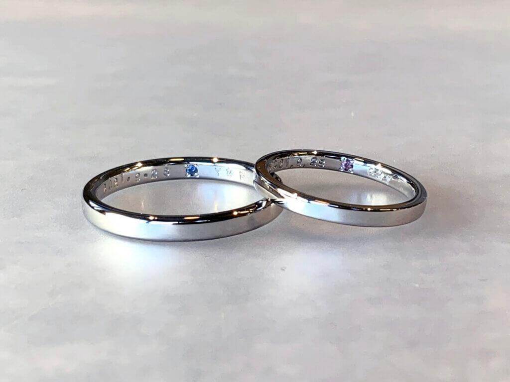 内側にサファイアの入ったシンプルなプラチナの結婚指輪