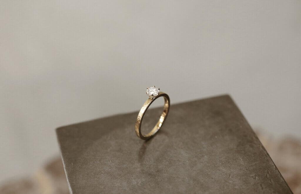 雰囲気のあるシャンパンゴールドにダイヤモンドが映える婚約指輪