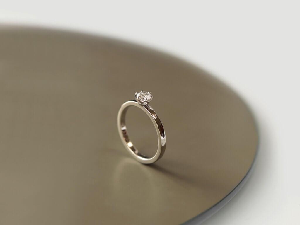 シャンパンゴールドに槌目テクスチャを施した婚約指輪
