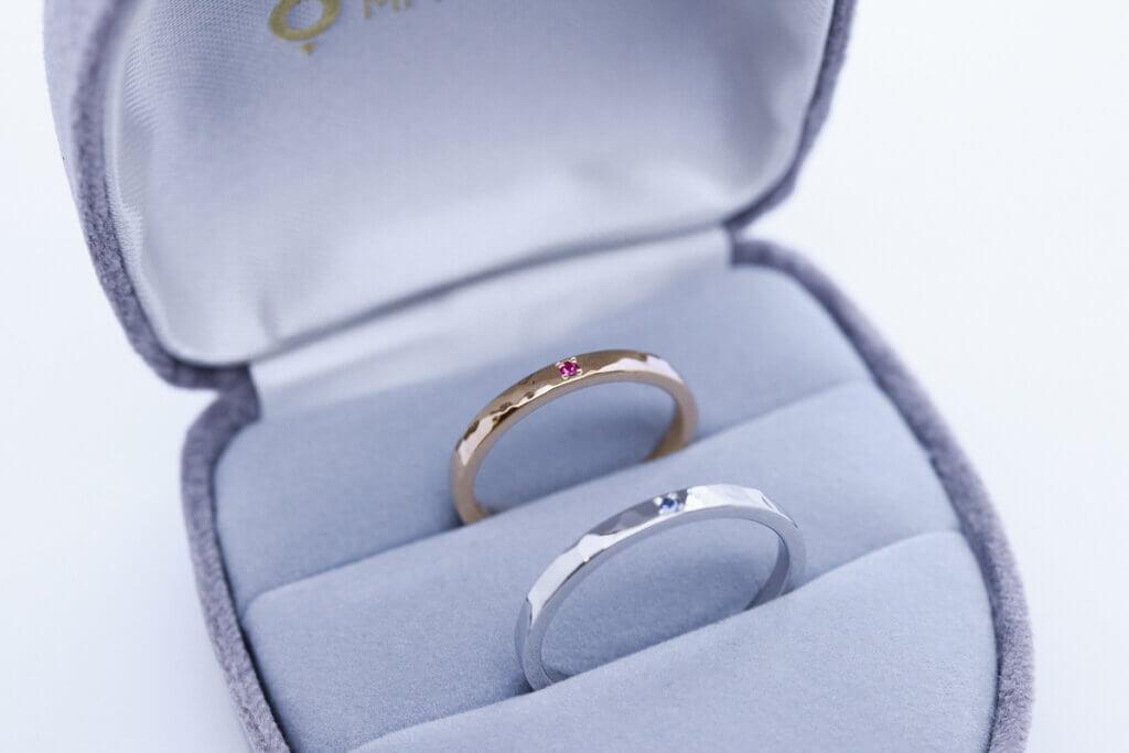 ルビーとサファイアの輝く槌目の結婚指輪